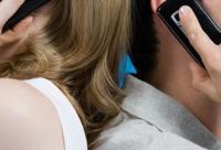 美容禁忌:睡前玩手机小心变丑